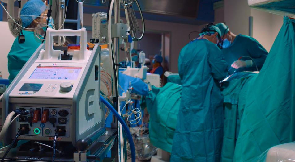 Uomo con funzionalità cardiaca al 15% salvato grazie al supporto di un dispositivo innovativo per la circolazione extracorporea